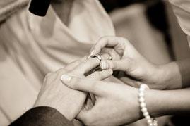 Ringwechsel Hochzeitspaar bei Hochzeit