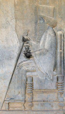 Darius Ier promulgue, en 520 av J-C, le 2me décret qui ordonne la reprise des travaux sous Zorobabel, gouverneur de Judée et sous l'impulsion des prophètes Aggée et Zacharie. Le Temple de Jérusalem est construit en 516 av J-C, la 6ème année de Darius.