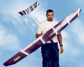 Alexis Marechal en 1998 présente un planeur Aldij Aeromod blanc et violet