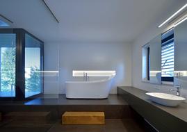 Die extrem vielseitige Icona-Fliese wird in modulierbaren Formaten, 3 Ausführungen und in einer Palleten von 12 verbundenen mischbaren Farbtönen angeboten, die Flächen Dynamik und eine lebendige Atmosphäre verleihen.