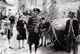 Diego Cacá e Libio levando a Coca.