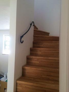 階段のアクセントに曲線スチールパイプ壁手すり