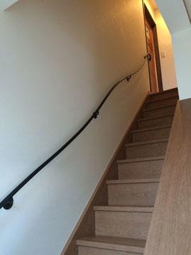 二世帯住宅、少しでもオシャレなお家にする為の曲線スチールパイプ壁手すり