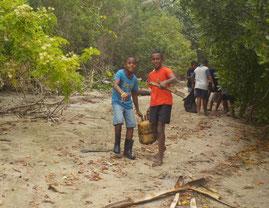 友だちと一緒に、マングローブの植林や海岸の清掃活動にも参加しました!
