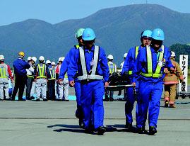 石垣空港で航空機事故を想定した訓練を行った=24日、石垣空港