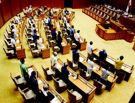 臨時会では与党系会派が提出した議案が賛成多数で可決された=28日、県議会