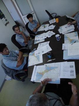 大津波を想定した避難民受入のシミュレーションを行う所員