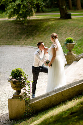 Bräutigam küsst Braut - Hochzeits Shooting mit Laura & Fabian von FOTOFECHNER auf Schloss Eldingen