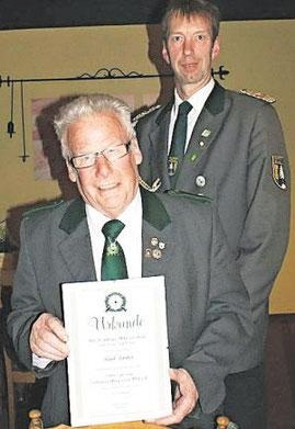 Vorsitzender Detlef Brandt (hinten) wurde für 25-jährige Mitgliedschaft und Paul Färber für 50-jährige Mitgliedschaft geehrt. Foto: Jäger