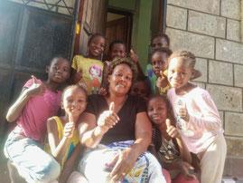 Zuversichtlich ins neue Jahr: Mama Josephine mit einigen der Mädchen.