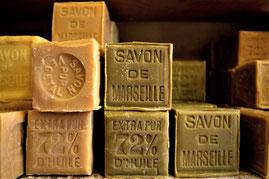 Ces pains de savon de Marseille pèsent 600 grammes. L'huile d'olive représente 72% de sa composition.