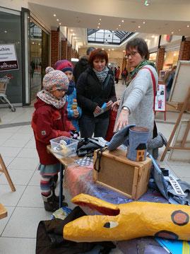 Marion Kienzle mit interessierten Besuchern