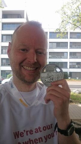 Finisher-Medaille beim Düsseldorf Marathon 2015