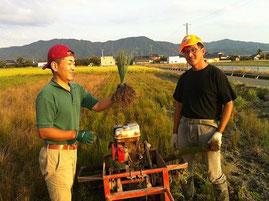 左:平畳店「平正人」 右:イ草生産農家「園田聖」   平成24年、熊本県八代市にて