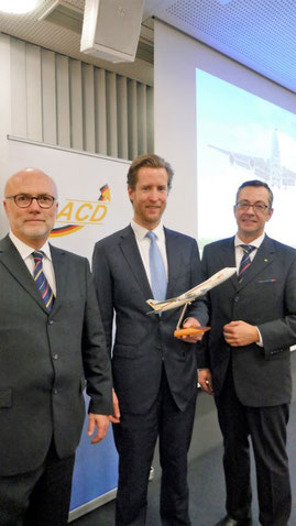 Alexis von Hoensbroech flanked by ACD board members Christoph Papke (left) and Mathias Jakobi  -  photo: ACD