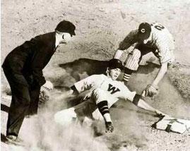 Nella foto una chiamata in terza base dell'umpire George Moriarty
