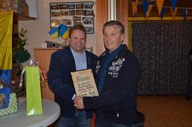 von links nach rechts: 1. Vorsitzender Heiko Wisser mit dem neuen Ehrenmitglied Werner Runge