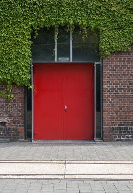rote Tür auf dem Geländer der Zinkfabrik Altenberg in Oberhausen