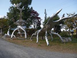 安曇野市穂高のステンレス彫刻家「中嶋大道」氏のアトリエ敷地内に展示された作品の巨大カブト虫