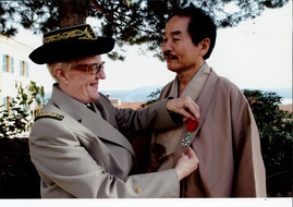 フランス陸軍女性大将から勲章を授与される松井画伯