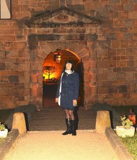 Signora Civale devant le porche d'entrée