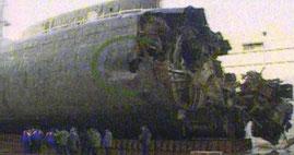 La parte anteriore del relitto recuperato del Kursk, da notare il visibile foro circolare