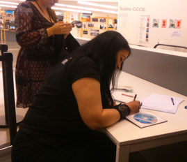Rhianna Pratchett firmando