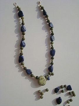 Umgestaltung in eine neue Halskette. Zwei defekte Rhyolith- und Sodalith Halsketten mit Einarbeitung eines Rhyolith Trommelstein.