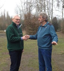 Karl- Heinz Gose gratuliert Wolfgang Adena (rechts)