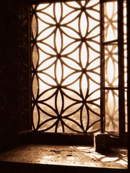 kunstvoll geschnitzte Fenster in der Moschee