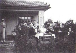 Nach dem Spiel schmeckt den Sportplatzbauern um Erich Winter (Zweiter von links) ein kühles Bier (Foto:Archiv H.Kober)