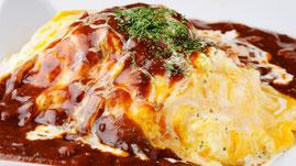 ロシナンテ2世自慢のデミグラスソースたっぷりのオムライス。中にはケチャップ味のチキンライスととろけるチーズのトッピング!