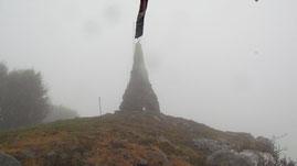 La stele di vetta del Monte Mazzuccone m. 1424 (nella nebbia)