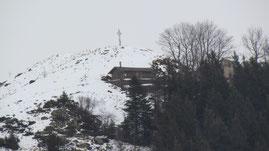 La croce e il rifugio invernale del Pian Cavallone