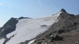 La punta Basei m. 3338 (a destra) con il suo ghiacciaio