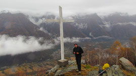 Gianpaolo alla croce nel punto panoramico a Piazza Grande m. 970