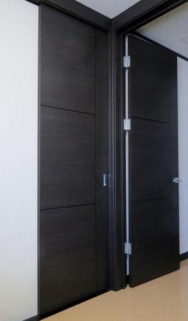 左が引き戸、右がドア。