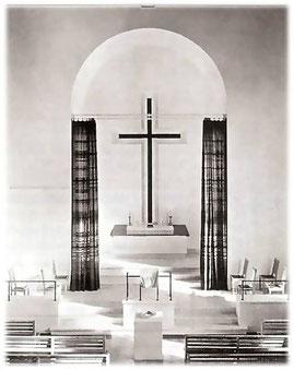 Ein Vorhang, mit dem der Altarraum verdeckt werden konnte, wurde später entfernt