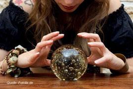 Der Blick in die Kristallkugel soll desorientierten Menschen zu Orientierung verhelfen. Vor allem verhilft die Kristallkugel der Wahrsagerin zu einen vollen Geldbeutel.