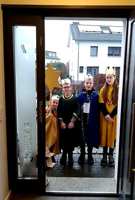 Foto mit Sternsingern vor der Haustür