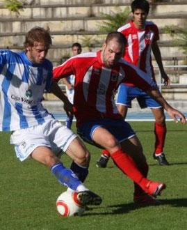 Ander Lekue y Javi Antón pelean por el balón, con Pablo Paredes al fondo. Los tres futbolistas han vestido las dos camisetas. Foto: Jose Montes.
