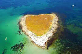 ile paradisiaque dans les eaux turquoises des glénans en Bretagne