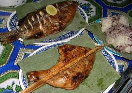 屋台料理の魚とチキンとカオニャーオ(もち米)