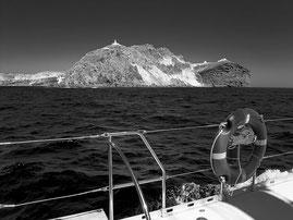 Blick von See auf die Südspitze von Santorini mit dem Leuchtturm von Akrotiri. Copyright 2012 by Dr. Klaus Schoerner