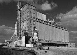 Alter Getreidespeicher im Hafen von Antwerpen. PC-E Nikkor 24 mm, 1:3,5 D ED, NIKON D4, ISO 200, 1/80 Sek., Blende 16. Foto: Dr. Klaus Schoerner