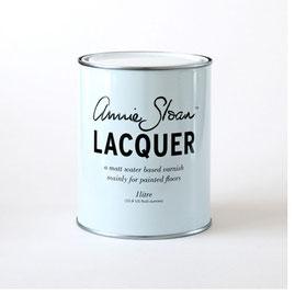 Auf dem Photo sieht man eine Dose Lack von Annie Sloan. Mit dem Lack können mit chalk paint gestrichene Möbel versiegelt werden