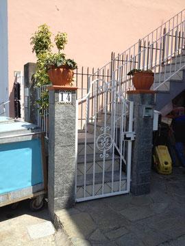 イタリア カプリ島の角柱と門扉