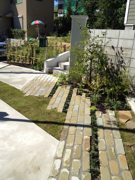 階段からお庭へと続くラインは天然石で。