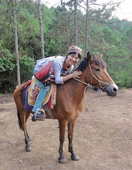 馬で山の中をお散歩は気持ちいい。ナシ族の帽子を被ってみた