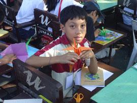 見て、上手に折れたよ!」折り紙の鶴は、環境啓発ポスターに使いました